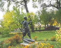 Пам'ятник малому Тарасові Шевченку у селі Шевченкове Звенигородського району