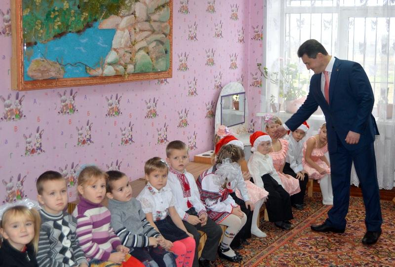 40a8b305c98aa9 Фоторепортаж. Голова обласної ради Олександр Вельбівець привітав дітей із  Днем Святого Миколая.