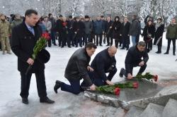 Відзначення Дня соборності в обласному центрі розпочалося з покладання квітів до меморіалу борцям за волю України